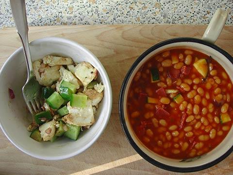 Mmm, bønner og så en god salat med Mozarella, forårsløg, agurk og en god balsamico jeg havde med hjem fra Spanien sidste år.