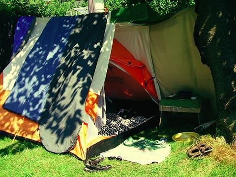 Camp Faaborg med et snert af Roskilde! Vi forsøgte at skabe lidt kunstig skygge med nogle lagner, så vi ikke vågnede som grill-kyllinger næste morgen.