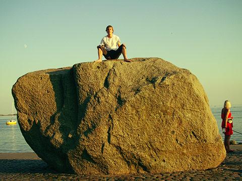 Den store sten ved havnen i Faaborg. Den blev gravet ud af en privat have nær min mors hus, og bragt til havnen. Der står den så nu som en doven konge og drømmer om svundne tider.