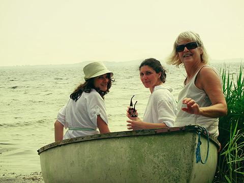 Lyuba, Illiana og mor i robåden.